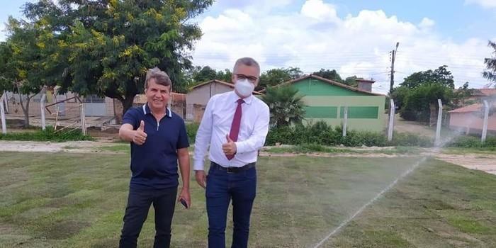 Prefeito de Monsenhor Gil, João Luiz, visita Estádio Cariocão para conferir a implantação do Gramado