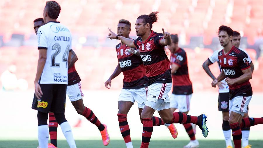 Jogadores do Flamengo comemoram gol marcado por Willian - Foto: AGIF