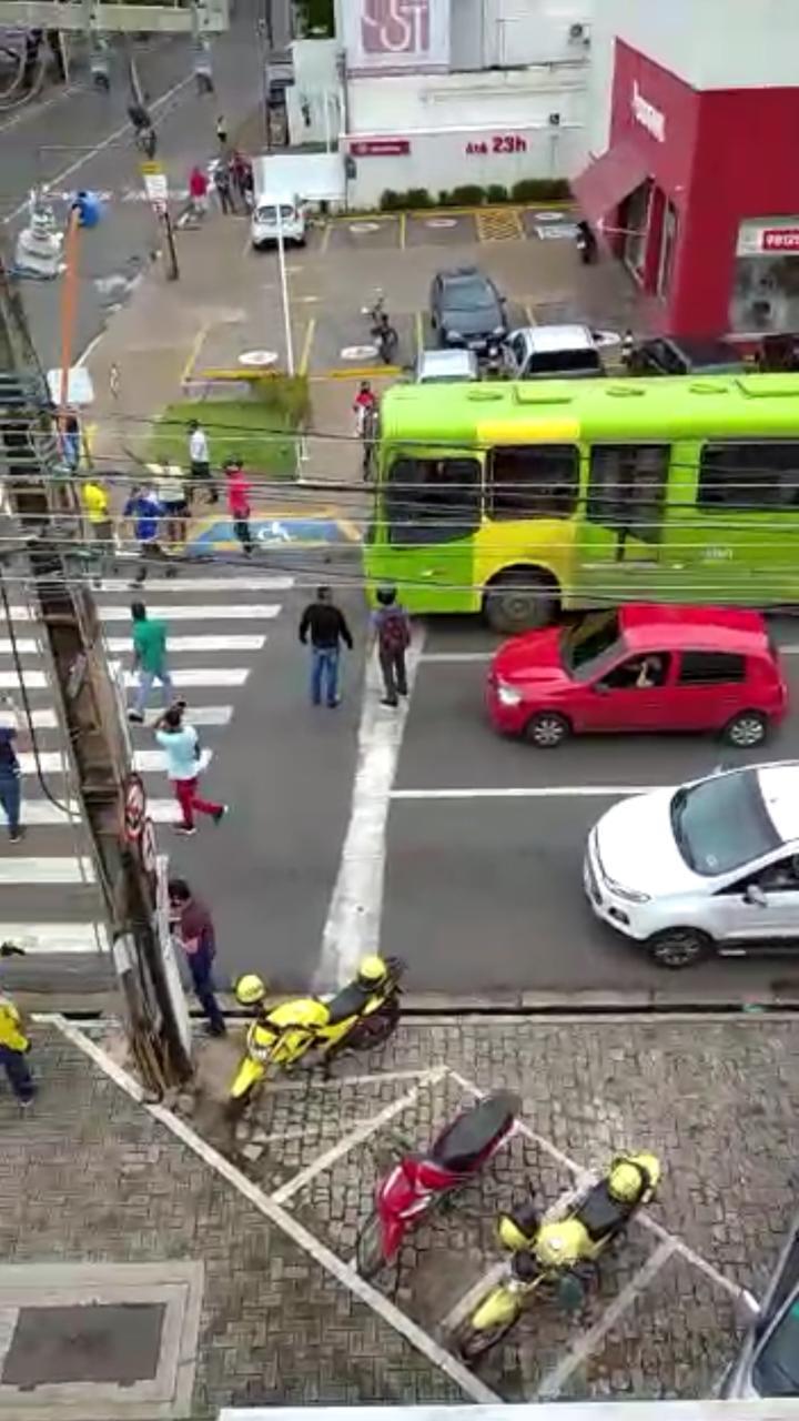 Trabalhadores fecharam vias do Centro de Teresina
