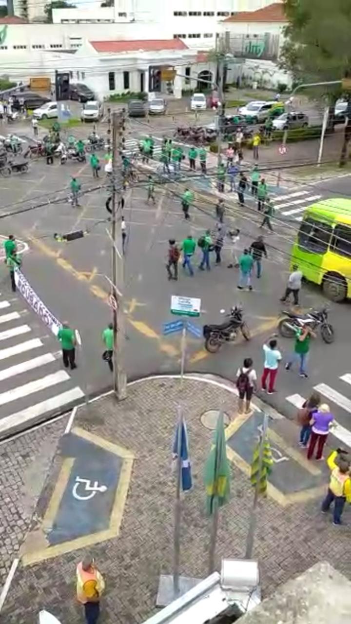 Motoristas em greve protestam na Avenida Frei Serafim