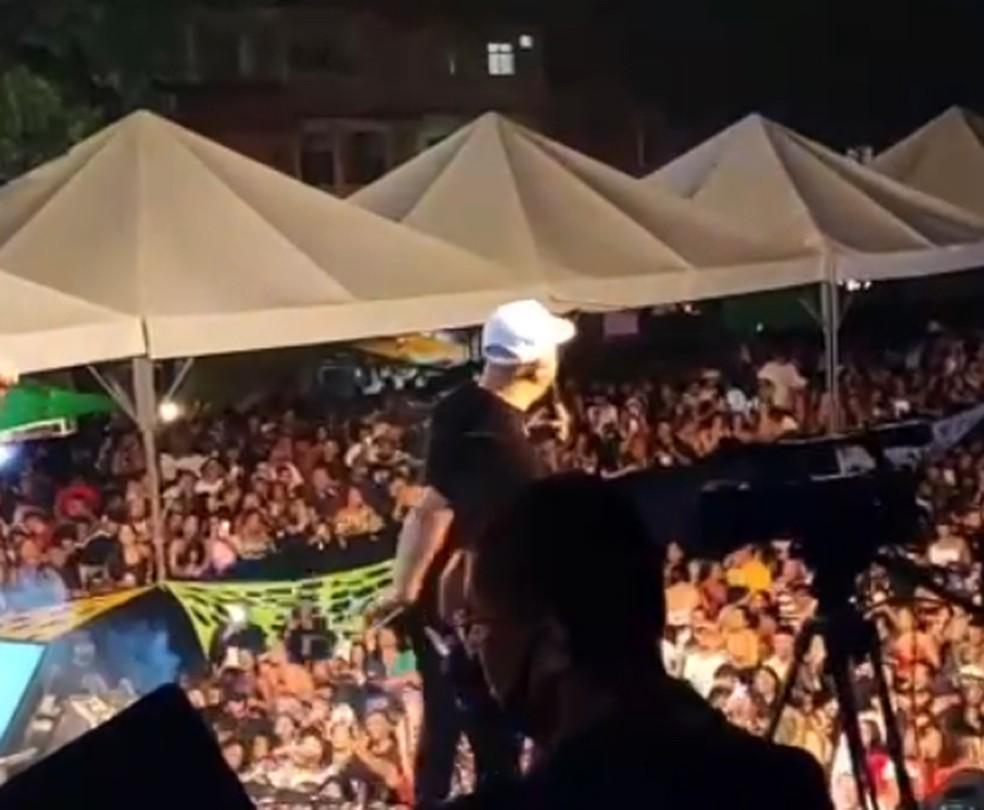 Belo fez show e provocou aglomeração no carnaval