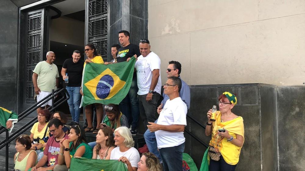 Simpatizantes de Daniel Silveira aguardam na frente da PF do Rio — Foto: Henrique Coelho/G1