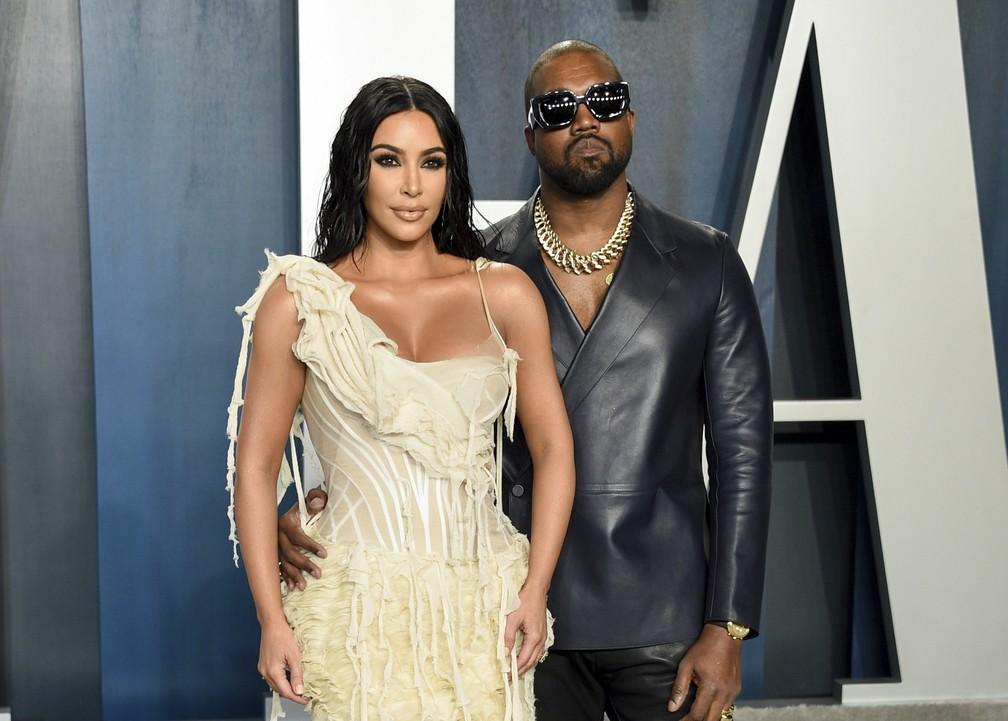 O casal Kim Kardashian e Kanye West posa para fotos antes da cerimônia do Oscar 2020 em 9 de fevereiro — Foto: Evan Agostini/Invision/AP