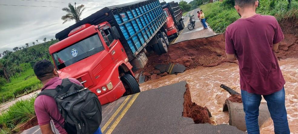 Trecho da rodovia MA-012 se rompe após forte chuva no Maranhão - Imagem 1