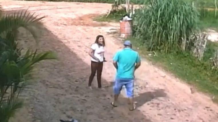 Acusada teria matado uma mulher após encontrá-la sentada em uma mesa com o marido dentro de uma boate