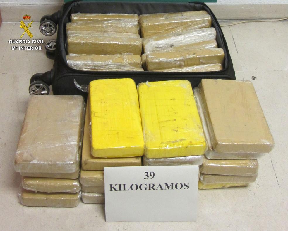 Mala e os 39 kg de cocaína apreendidas com militar da FAB preso na Espanha — Foto: Guarda Civil de Sevilla