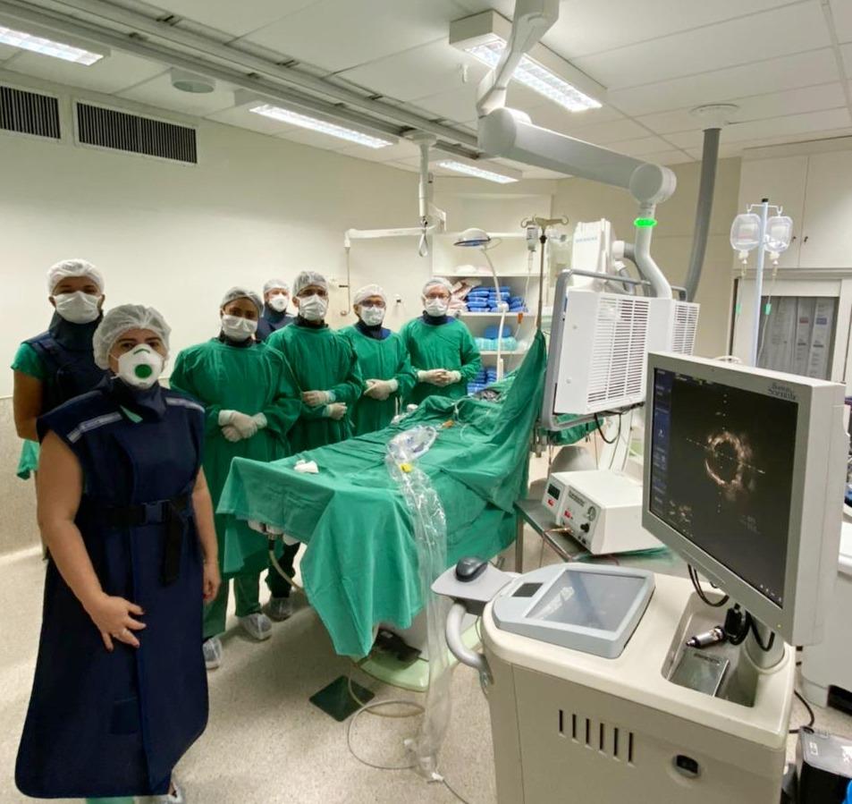 Equipe de Hemodinamica do HUP realizando procedimento