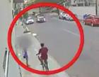 Homem assalta jovem e é atropelado pelo namorado da vítima em seguida