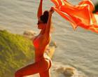 """Juliana Paes posa sexy de biquíni e brinca: """"Cada um com sua Tieta"""""""