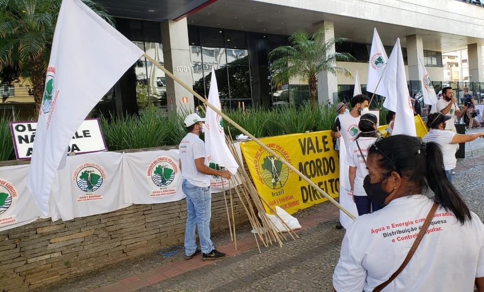 Atingidos pela tragédia da Vale fazem protesto contra acordo assinado nesta quinta-feira. — Foto: Danilo Girundi/TV Globo