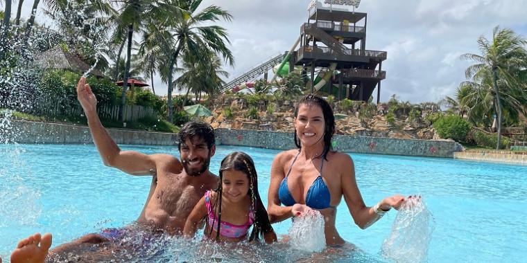 De férias, Deborah Secco e família se divertem no Beach Park