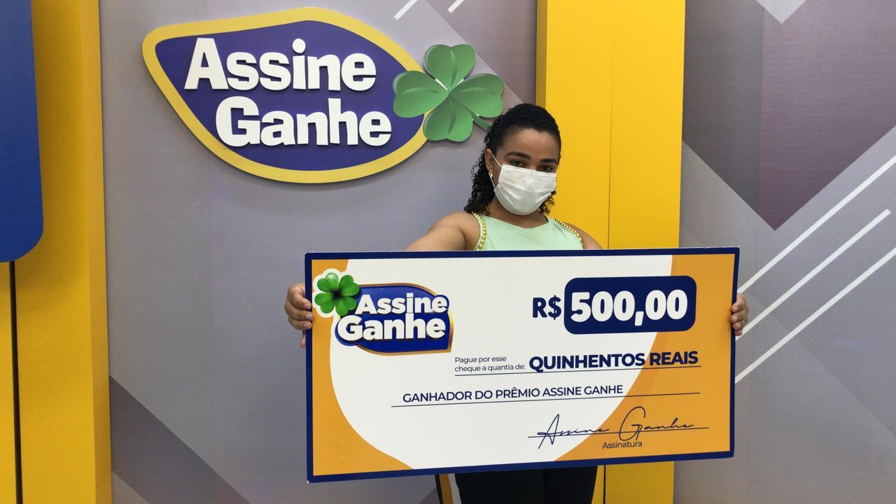Assine Ganhe: Sorteada pela 4ª vez, recepcionista recebe prêmio na MN - Imagem 1