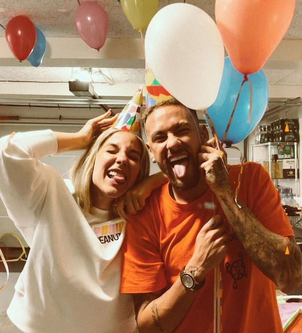 Neymar, com a amiga Bianca Coimbra, após receber uma pequena surpresa no seu aniversário de 29 anos — Foto: Reprodução/Instagram