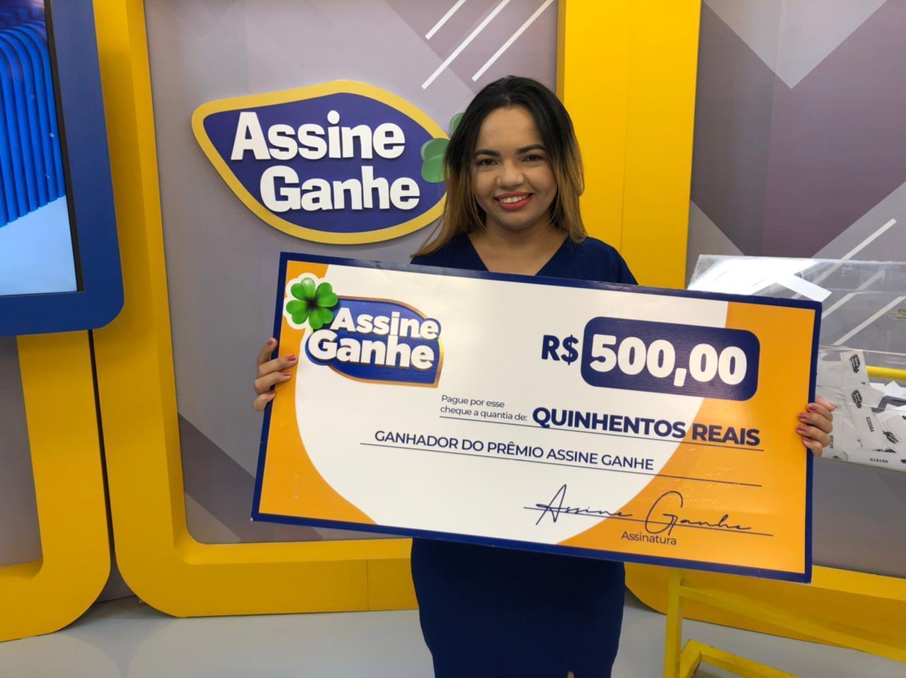 Assine Ganhe: Sorteada pela 3ª vez, recepcionista recebe prêmio na MN - Imagem 1