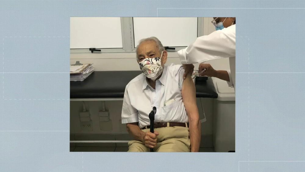 Primeiro idoso a ser vacinado em UBS na Zona Sul de SP — Foto: Reprodução/TV Globo