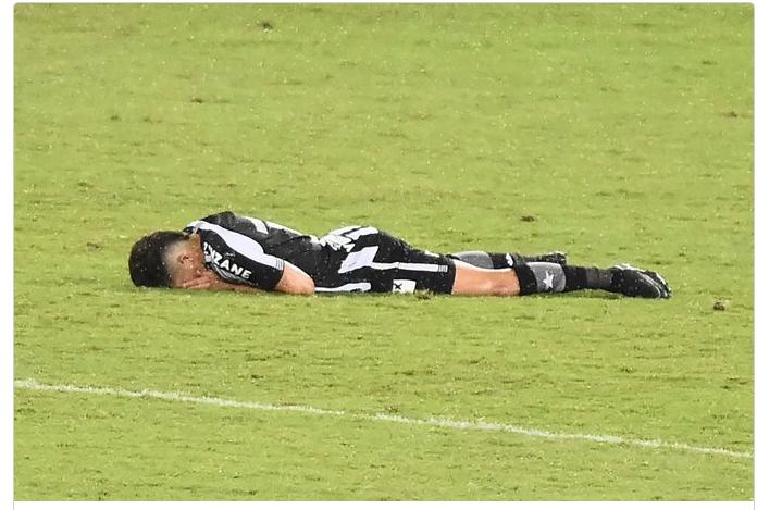 Jogador chora após rebaixamento do Botafoto: Imagem/Premiere