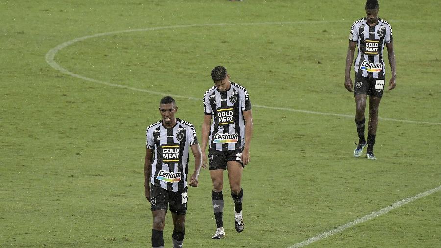 Jogadores do Botafogo deixam o gramado do Estádio Nilton Santos após partida que decretou o rebaixamento-Imagem: ANDRÉ FABIANO/CÓDIGO19/ESTADÃO CONTEÚDO