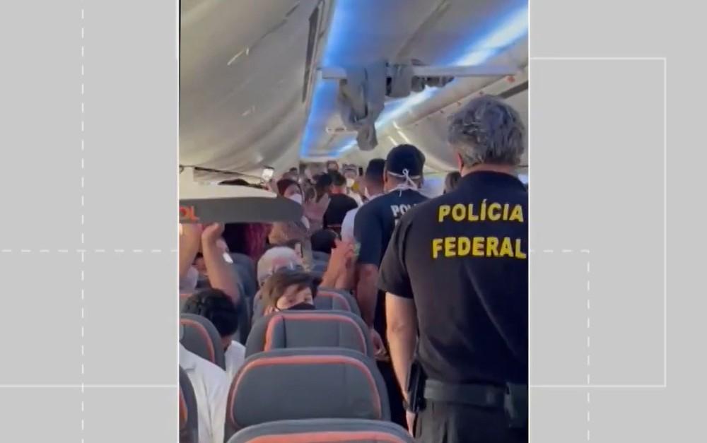 Policiais Federais foram acionados e tiraram o passageiro de avião - Foto: Reprodução