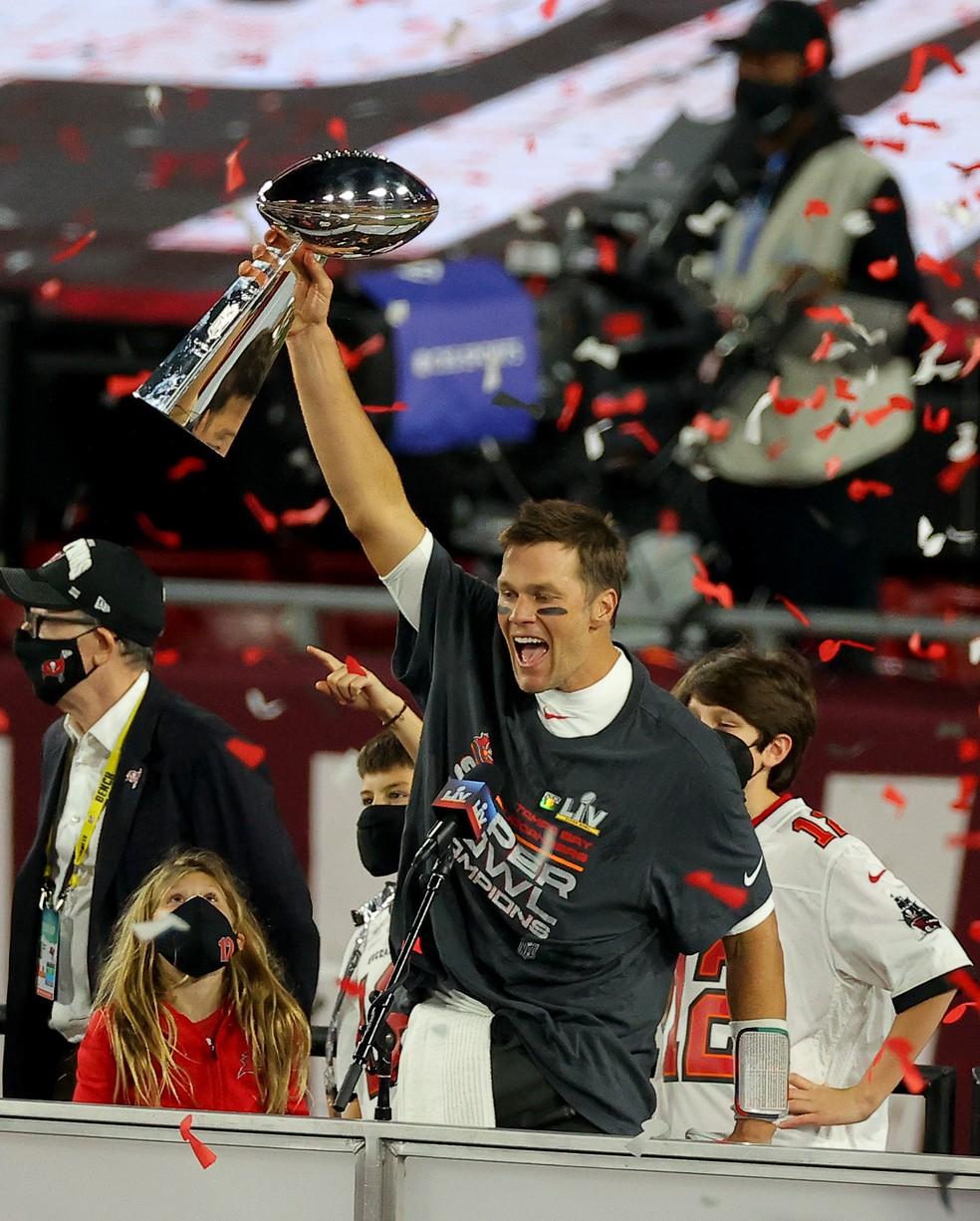 Tom ergue premio