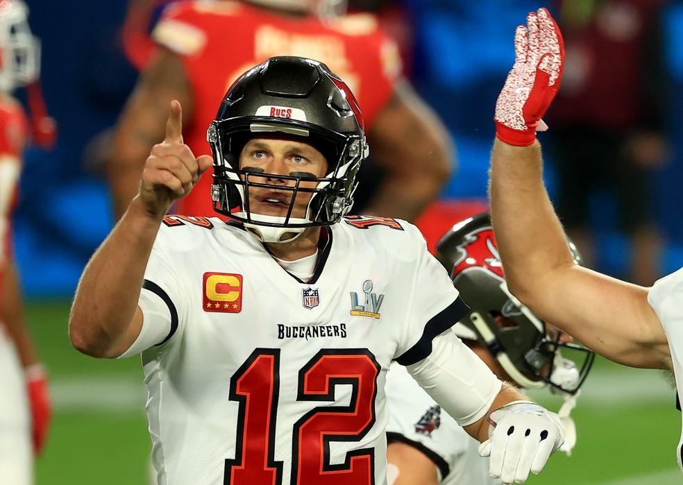 Tom Brady aponta para a esposa Gisele na arquibancada - Foto: Getty Images