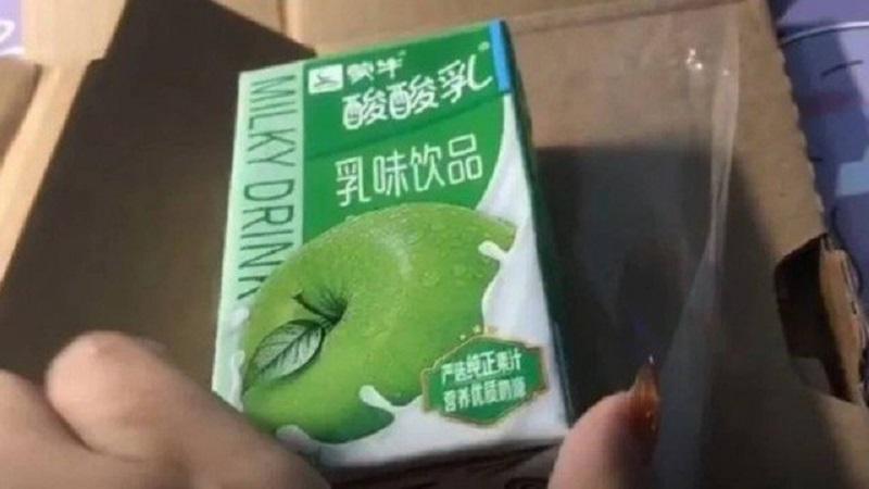 Encomenda frustrada: caixa de leite sabor maçã no lugar de um iPhone 12 Foto: Reprodução/Weibo