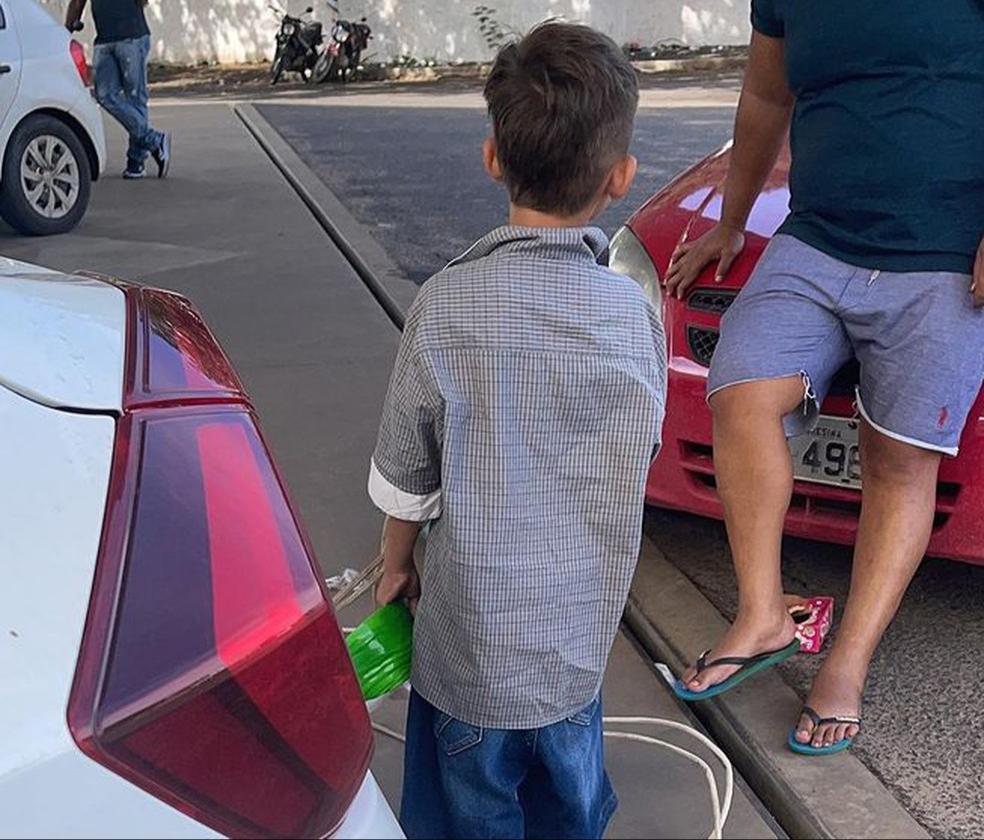 O Conselho Tutelar resgatou o menino que pedia comida em posto de combustíveis em Teresina - Foto: Divulgação/Samanta Dourado