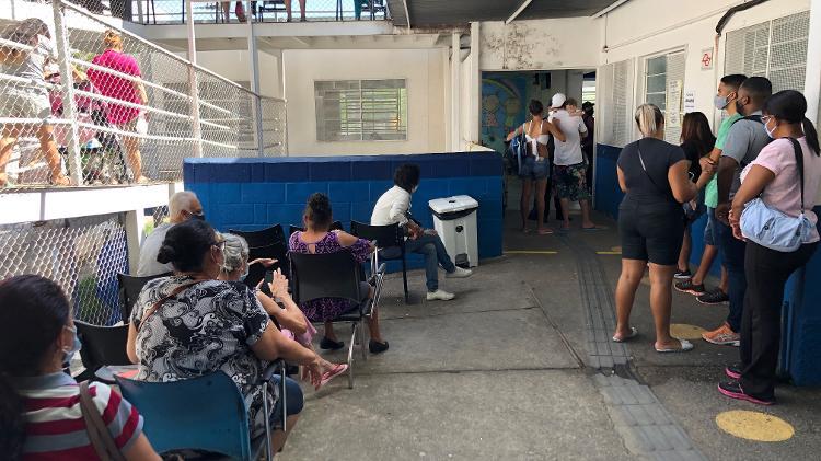 Fila na AMA Jardim Peri, na zona norte de São Paulo, com pacientes com suspeita de covid cada vez mais jovens Imagem: Lucas Borges Teixeira/UOL