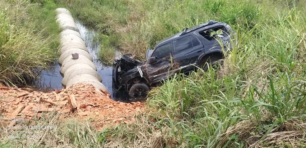 Caminhonete saiu da pista e caiu em barranco - Foto: Divulgação/PRF