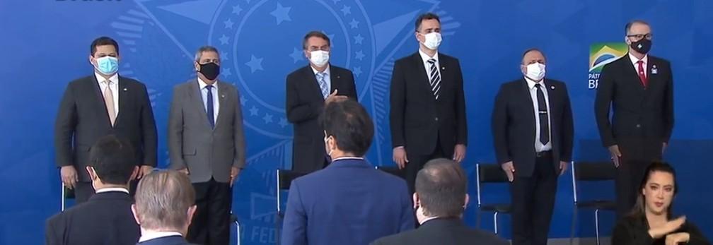 Bolsonaro, ministros e senadores na cerimônia de sanção de projeto e medida provisória sobre vacinas — Foto: Reprodução / TV Brasi