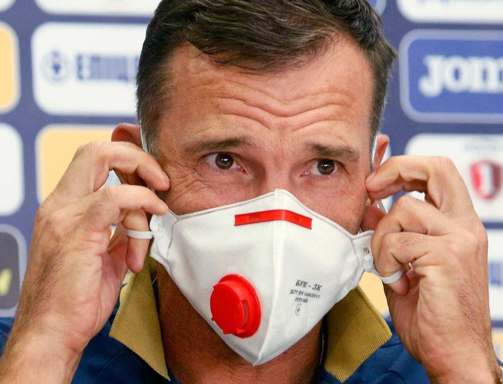 Modelo com válvula será vetado. Na imagem, técnico da seleção ucraniana de futebol, Andriy Shevchenko, usa máscara com válvula. — Foto: Efrem Lukatsky/AP Photo/Arquivo