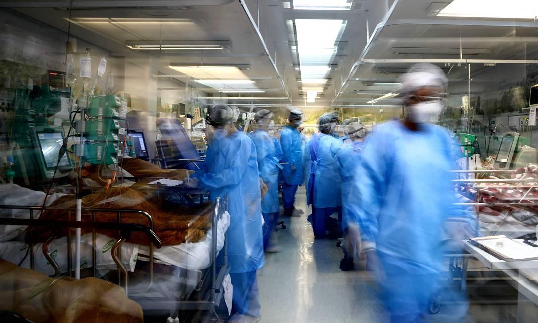 Profissionais de saúde cuidam de pacientes com covid-19 em Porto Alegre - Foto: AFP