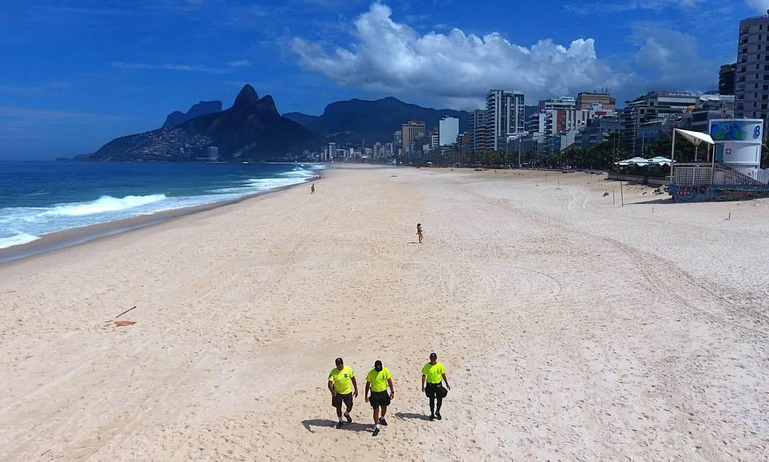 Policiais fiscalizam praia de Ipanema em março de 2020 - Foto: Fábio Motta/Agência O Globo
