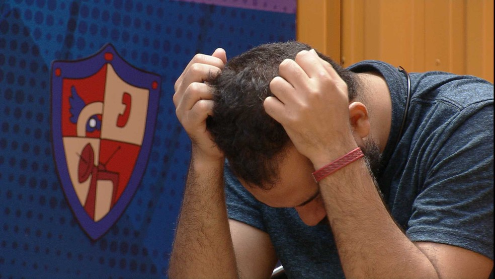 Após discussão com sister, Gilberto chora na academia do BBB21 — Foto: Globo