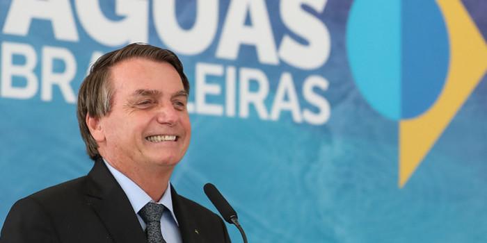 Bolsonaro diz que Brasil é exemplo contra Covid e critica governadores