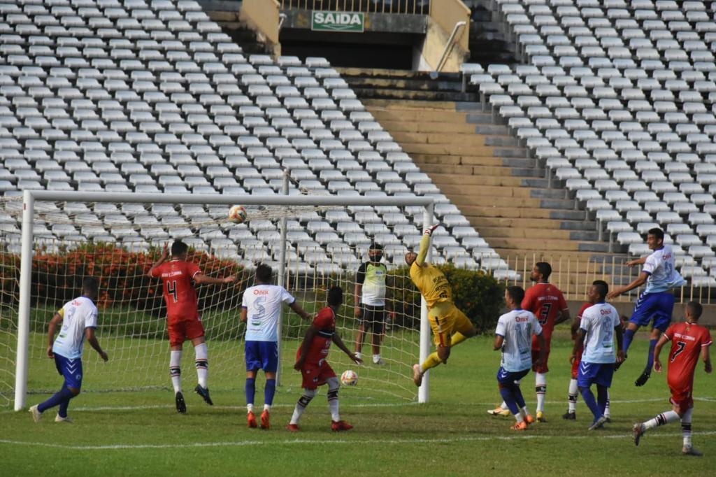 Jogo foi marcado por reclamações contra arbitragem - Crédito: Elziney Santos