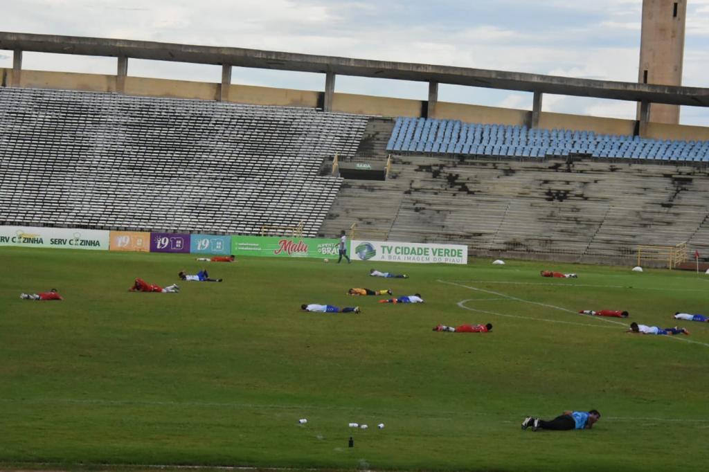 Atletas se jogaram no chão para evitar ataque de abelhas no Albertão - Crédito Elziney Santos