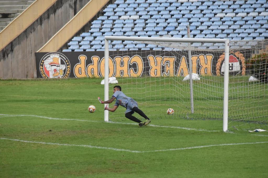 Goleiro defende cobrança de pênalti durante jogo no Albertão - Crédito: Elziney Santos
