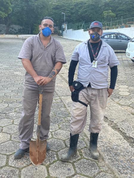 Os coveiros Gabriel Dalmaso e Bruno de Lima, no Cemitério da Saudade - Imagem: Anahi Martinho/UOL