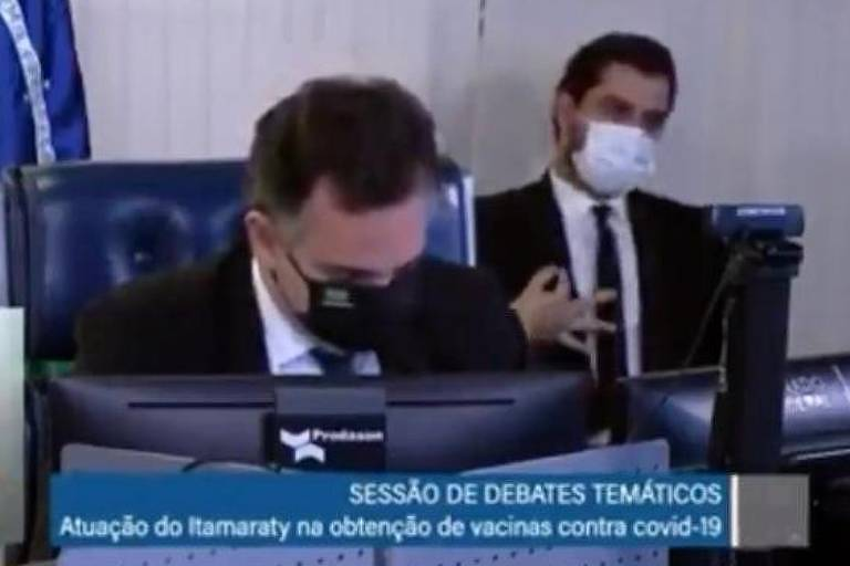 Asssessor fez gesto ao fundo em sessão de debates temáticos
