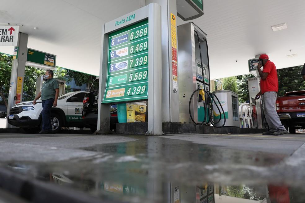 Gasolina foi o item que mais pressionou a inflação no mês de março, com alta de 11,18%. — Foto: Pilar Olivares/Reuters