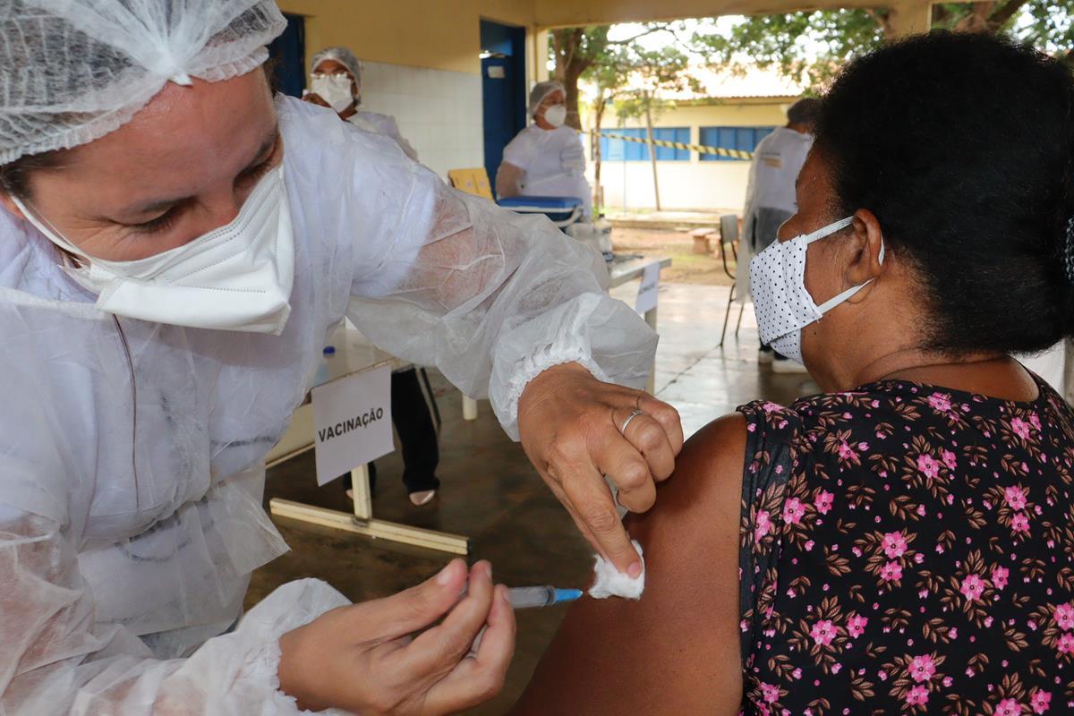 Idosos de 70 e 74 anos são vacinados na cidade e interior de Valença  - Imagem 1