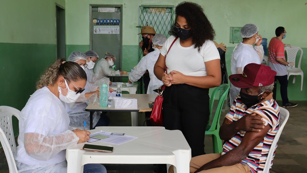 Idosos de 70 e 74 anos são vacinados na cidade e interior de Valença  - Imagem 14