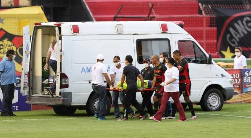Goleiro do Sport leva choque e é levado para o hospital