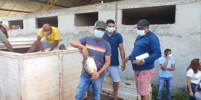 Prefeito João Luiz mantém tradição de distribuição do pescado em Monsenhor Gil