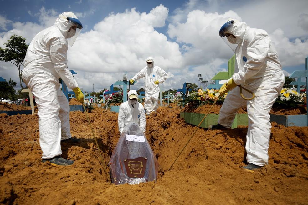 Enterro de vítima da Covid-19 — Foto: REUTERS/Bruno Kelly