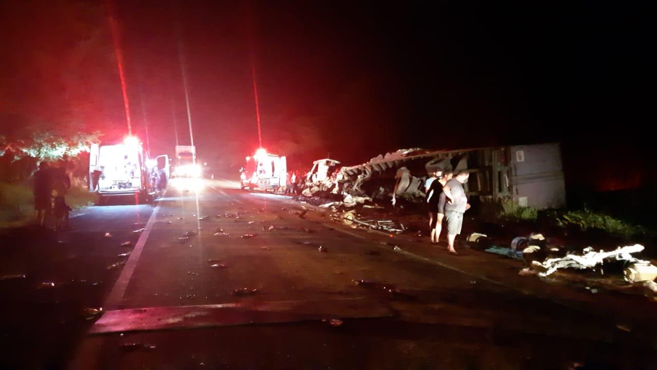 Grave acidente deixou a BR-316 totalmente interditada na madrugada desta quarta (31) - Fotos: Divulgação/PRF-MA