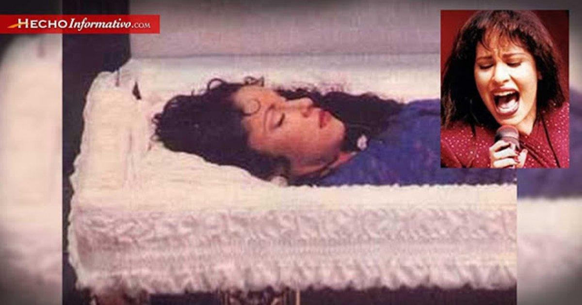 Foto mostra cantora durante o velório