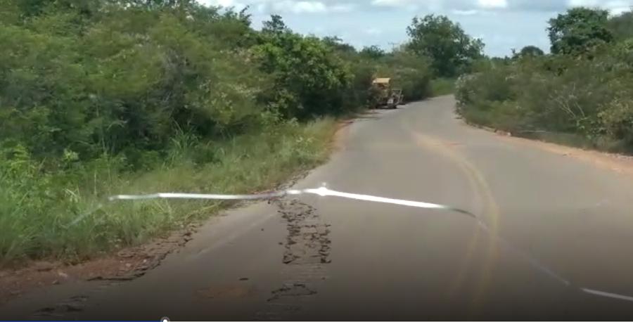 Trator de esteira causa danos à rodovia PI 411 no Sul do Piauí- Reprodução