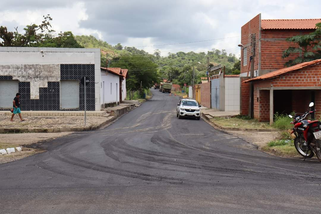 Prefeito João Luiz acompanha obras de pavimentação asfáltica nos bairros de Monsenhor Gil - Imagem 2