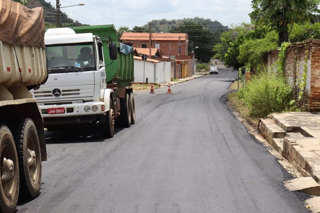 Prefeito João Luiz acompanha obras de pavimentação asfáltica nos bairros de Monsenhor Gil - Imagem 3